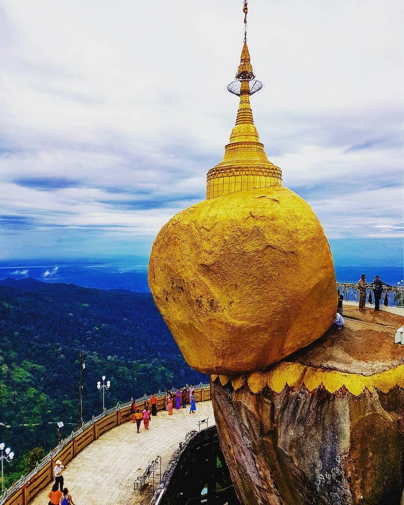 صخره طلایی میانمار