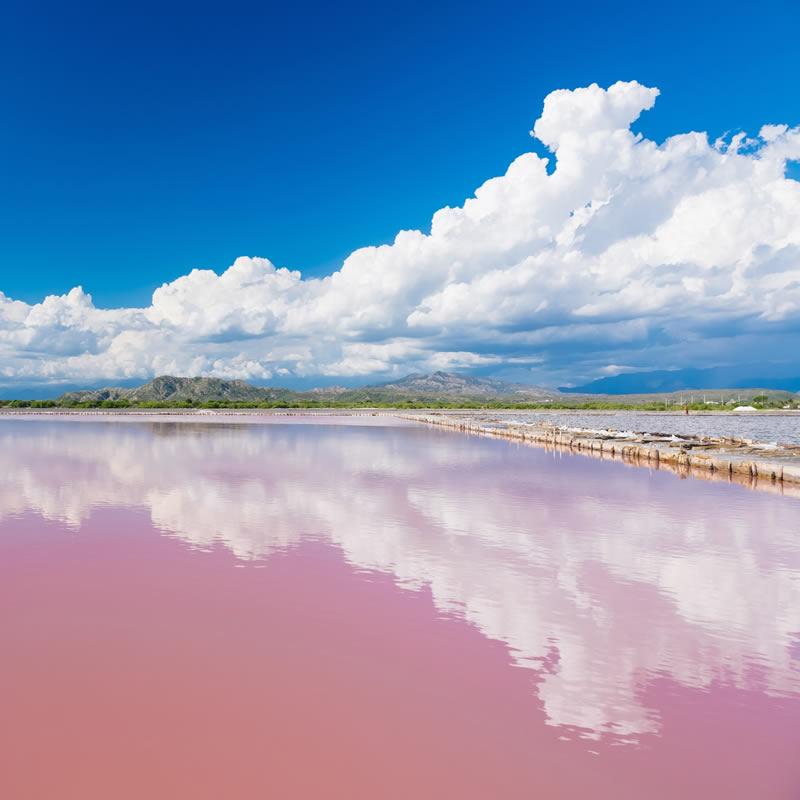 دریاچه ای به رنگ شیر توت فرنگی