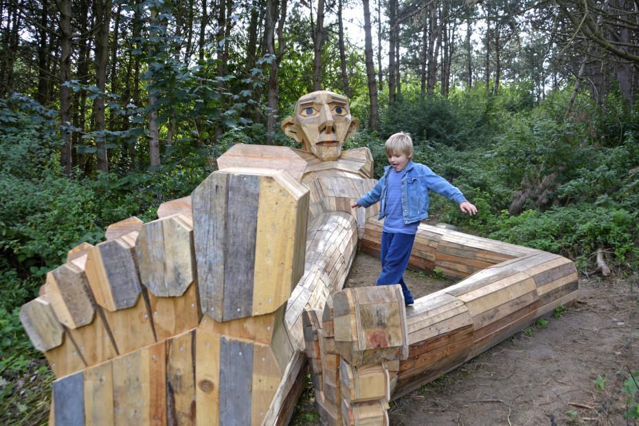 مجسمه های غول پیکر چوبی