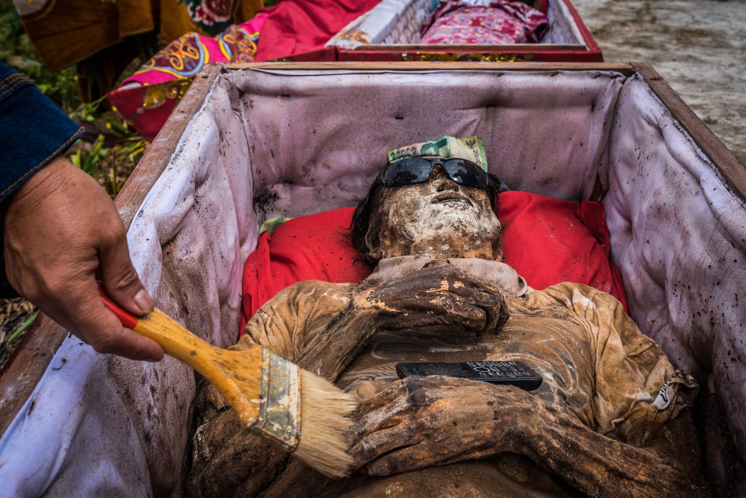 مراسم عجیب نبش قبر مردگان
