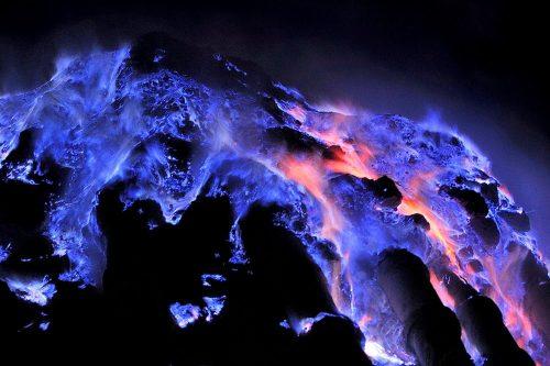 آتشفشانی با گذازه های آبی رنگ