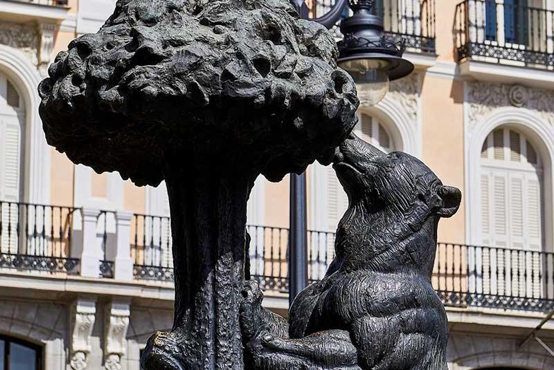 مجسمه خرس و درخت توت فرنگی مادرید