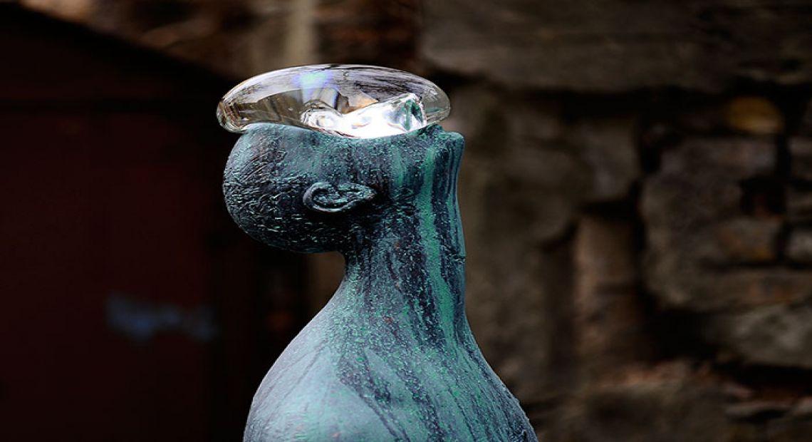 مجسمه مرد بارانی کی اف