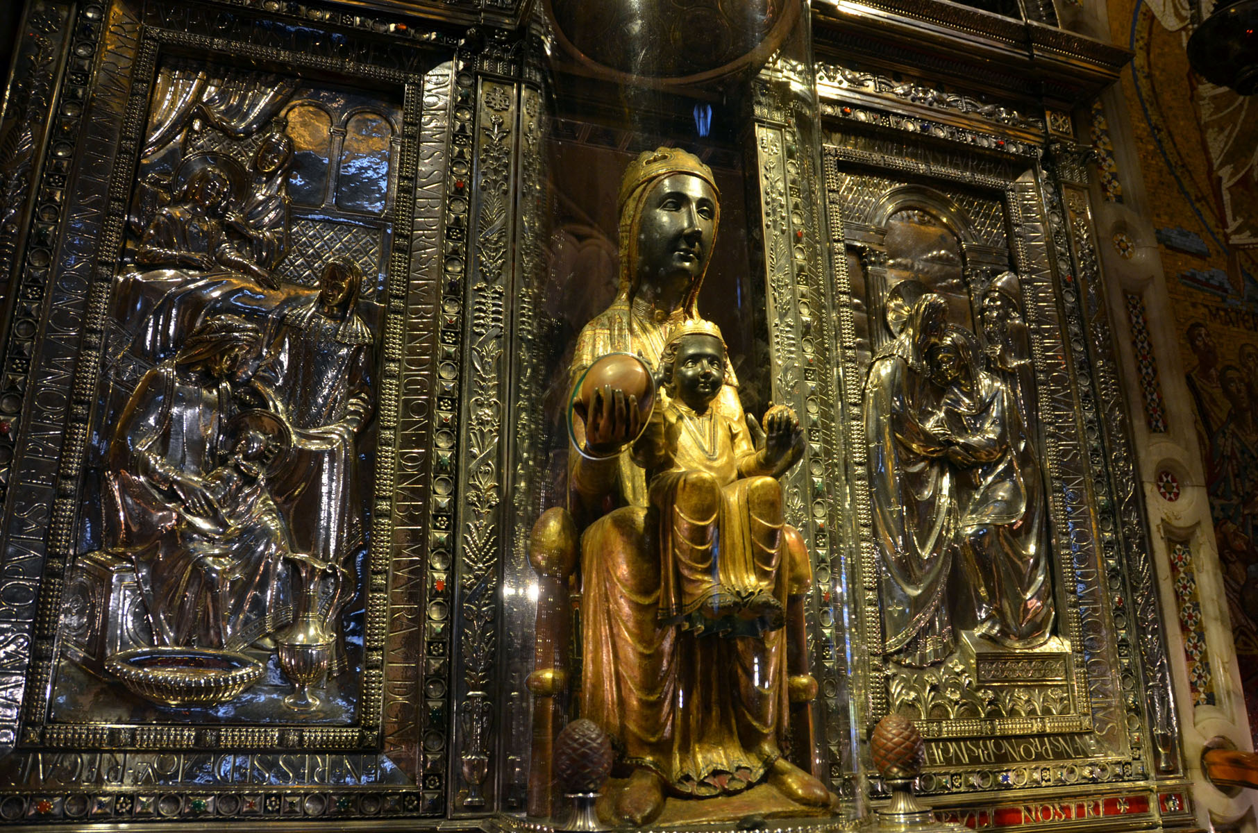 مجسمه مریم باکره سیاه