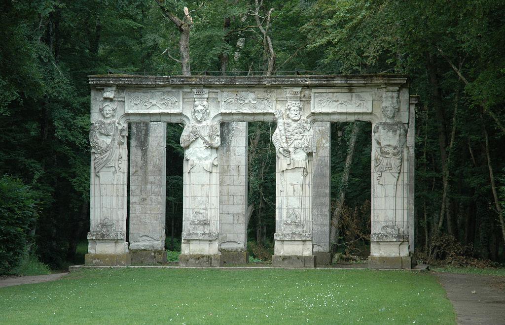 قلعه برای مدتها پر و خالی میشد، ولیکن هرگز از جلال و شکوه خود در قرن 16( دربار سلطنتی) را به دست نیاورد . این قلعه در سال ۱۹۱۳ به دست خاندان مِنیر (Menier) می رسد . خاندانی که تا کنون تملک آن را در دست گرفته است .